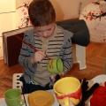 Дмитриев Егор расписывает посуду