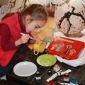 Лукша Ума расписывает посуду